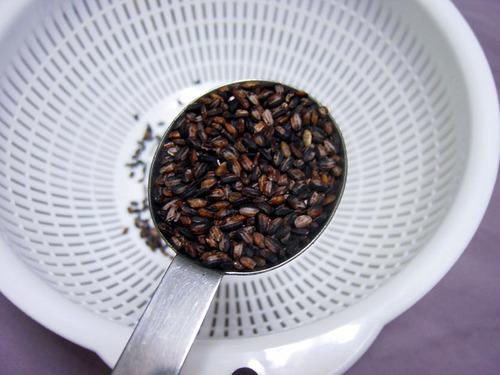 紫黒米(古代米)を大さじ2杯いれます。.jpg