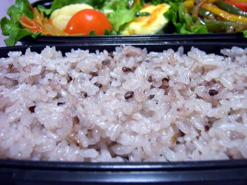 紫黒米(古代米)入りご飯の弁当.jpg