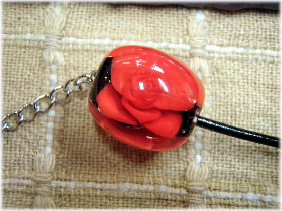 赤いバラのとんぼ玉